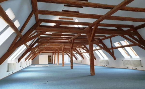 2. OG vor Sanierung;  Die offenen Balken bleiben erhalten. Auf Wunsch ist eine Galerie möglich.